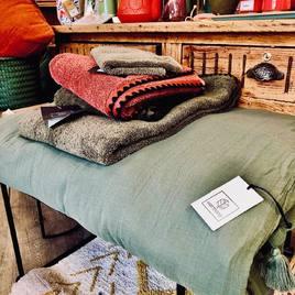 Découvrez les nouveautés en linge de maison : des housses d'edredon en lin, de jolis coussins et de belles serviettes de bain dans des teintes de saison. 🌿🌺🌼🌻🌸