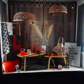 Nos nouvelles vitrines :   Une nouvelle vitrine aux couleurs tendances 🎨   Nos belles affiches avec de beaux messages 💬  La jolie collection HELEN B  @helenb.be 🇧🇪  Et pour finir de beaux livrets à thèmes lanceurs de discussion MINUS ÉDITION 📙📕📘@minuseditions